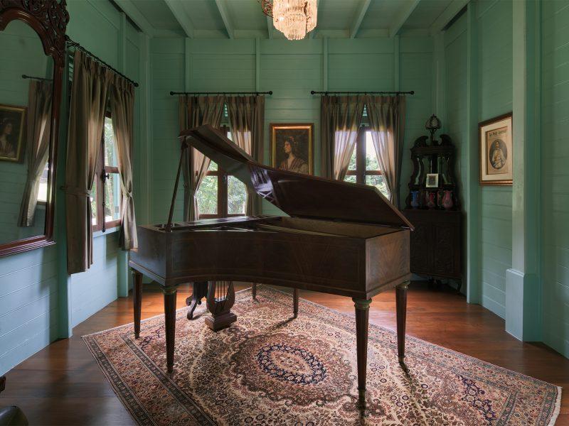 เปียโนโบราณในห้องที่เรือนประเสนชิต